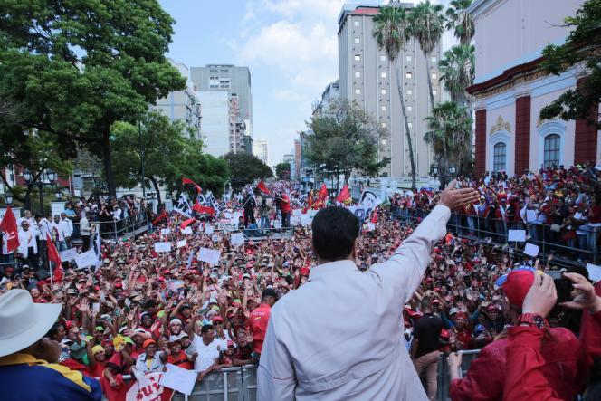 Nicolas Maduro s'adresse à ses partisans devant le palais présidentielMiraflores à Caracas.