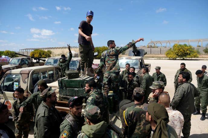 Des membres de l'Armée nationale libyenne (ANL), commandée par Khalifa Haftar, quittent Benghazi pour renforcer les troupes avançant vers Tripoli, le 7 avril 2019.