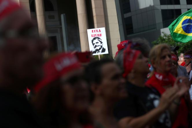 Des partisans de l'ancien président brésilien Lula manifestent pour sa libération à l'occasion du premier anniversaire de son incarcération, le 7 avril, à Sao Paulo.