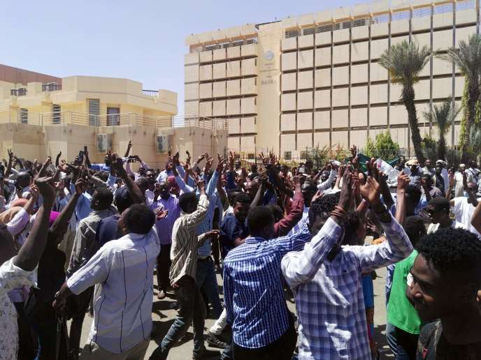 Sudanese protesters gather in protest outside the military headquarters in the capital Khartoum on April 7, 2019.  Thousands of Sudanese held a second day of protests Sunday outside the army's headquarters in Khartoum and in the vicinity chanting slogans against President Omar al-Bashir's government, witnesses said. / AFP / -
