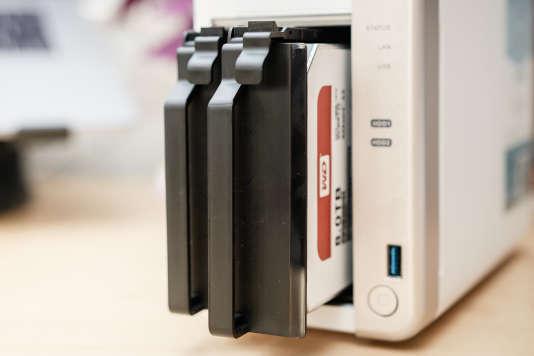 Éjecter et remplacer un disque est aussi simple que dans le DS218+.