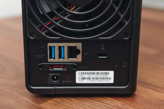 Le DS218+ dispose d'un port Ethernet Gigabit et de deux USB 3.0 à l'arrière. Il propose également un port eSATA, au cas où vous souhaiteriez ajouter des disques.