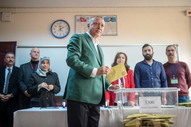 Le président turc, Recep Tayyip Erdogan, dépose son bulletin dans un bureau de vote pendant les élections municipales à Istanbul, le 31 mars 2019.