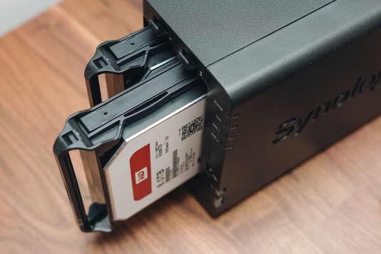 Une fois la façade du DS218+ ôtée, il est facile de sortir un disque pour le remplacer.