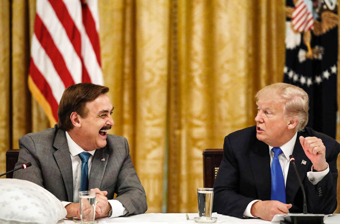Michael Lindell (à g.), vend des oreillers made in USA avec Donald Trump, à la Maison-Blanche, en 2017.