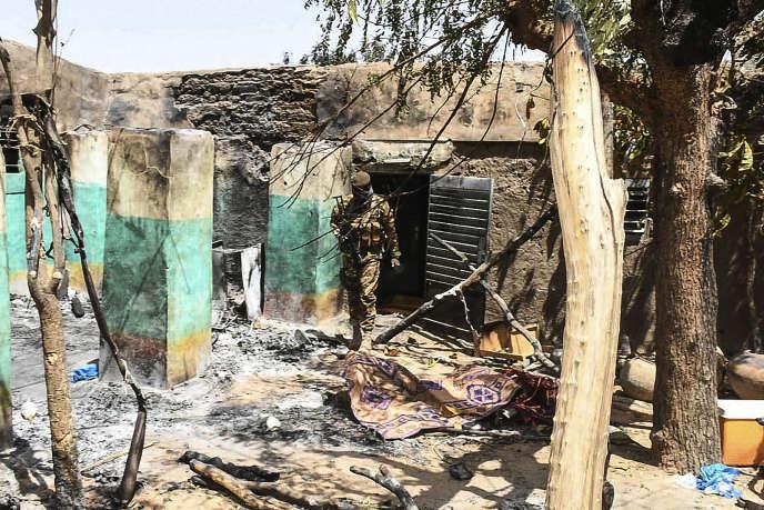 Un soldat marche au milieu du village d'Ogossagou, où plus de 150 habitants, essentiellement des Peuls, ont été massacrés le 25 mars.