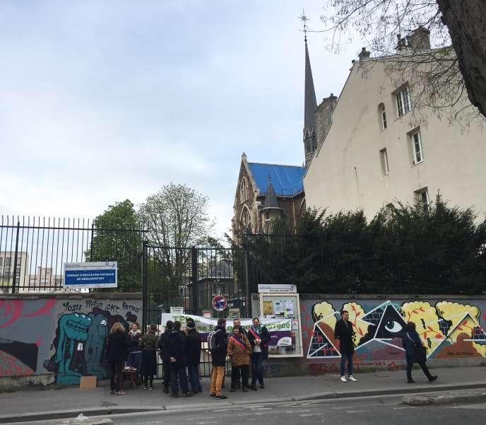 Des riverains, des militants et des élus bloquent l'entrée d'une pelleteuse sur l'ex-terrain d'éducation physique (TEP), 40, boulevard de Ménilmontant à Paris, le lundi 8 avril 2019.