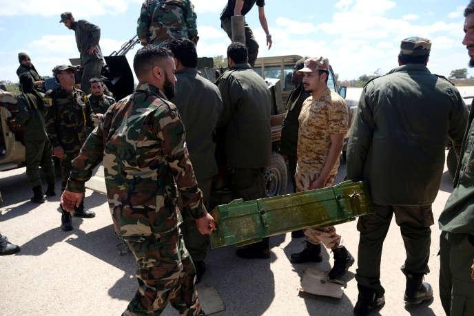 Les troupes loyales au maréchal Haftar partent de Benghazi pour servir de renfort à Tripoli(Libye), le 7 avril.