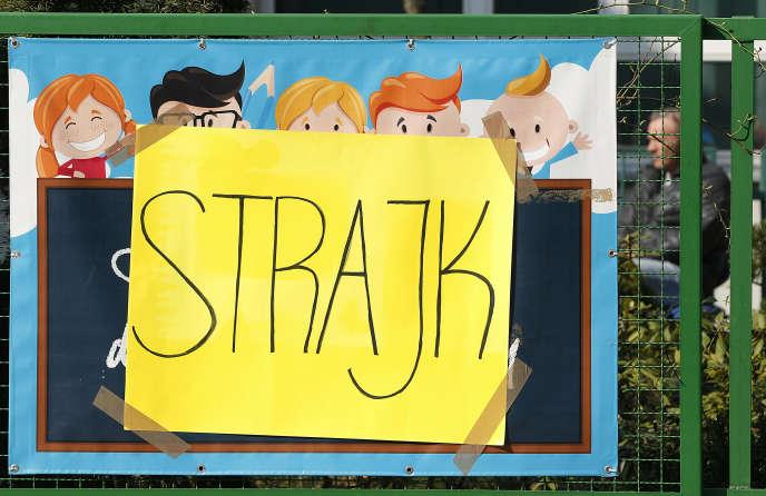 Devant une école en grève, à Varsovie, le 8 avril.