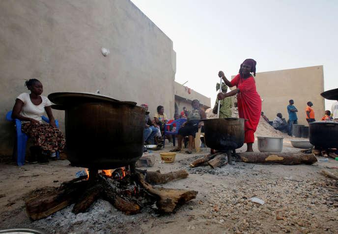 Cuisine au bois par des familles à Karang, au Sénégal, en janvier 2017.