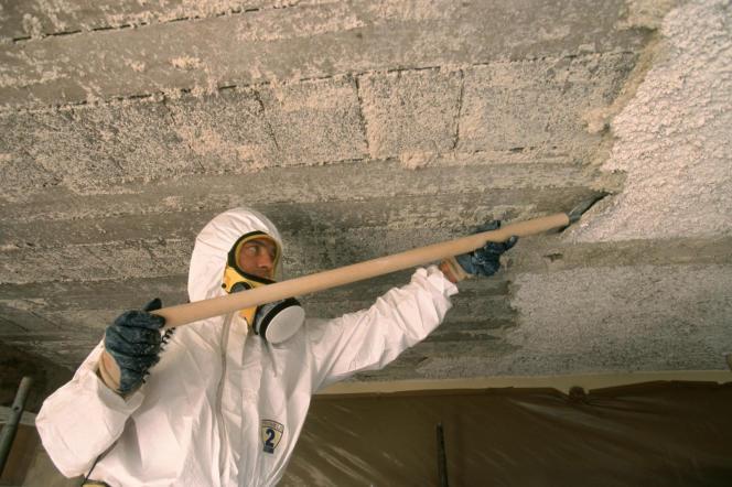 «La demande en réparation du préjudice d'anxiété se fonde désormais sur les règles du droit commun de la responsabilité civile.» Photo : un salarié en tenue de protection sur chantier de désamiantage d'un bâtiment, déflocage du plafond.
