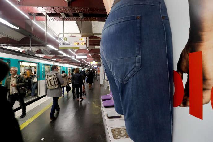 Une publicité en trois dimensions dans le métro parisien, en octobre 2018.