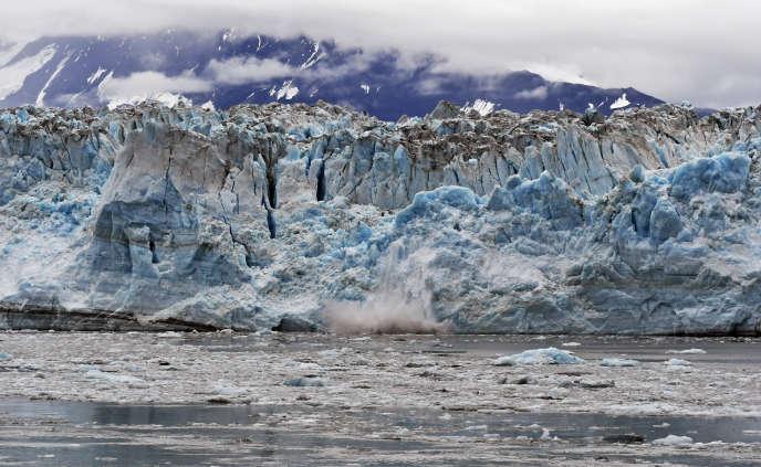Vêlage (détachement d'une masse de glace) sur leglacierHubbard, en Alaska, en août 2018.