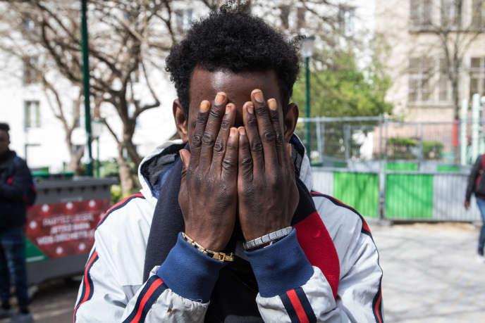 Un migrant guinéen de 16 ans, lors d'une distribution de repas du collectif Les Midis du MIE dans le 20e arrondissement de Paris, le 5 avril.