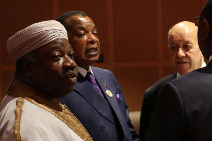 Les présidents gabonais Ali Bongo (à gauche) et congolais Denis Sassou Nguesso, avec le ministre français des affaires étrangères, Jean-Yves Le Drian (à droite), à Nouakchott, le 2juillet 2018.