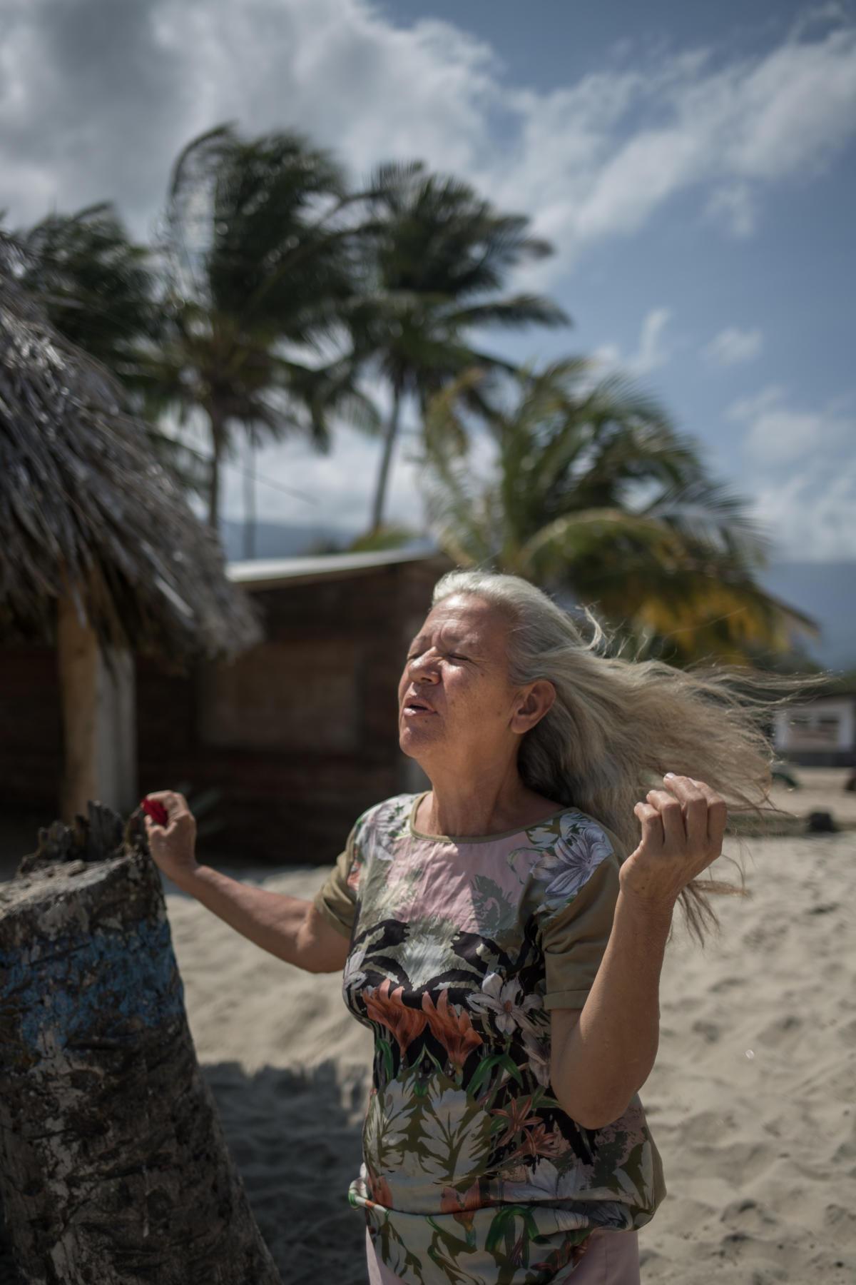 Bikeyman Morales, 50 ans, propriétaire d'un restaurant, à Patanemo, en mars. « Ma belle-fille était enceinte de huit mois. Elle est allée à l'hôpital pour une urgence. Mais il manquait le matériel nécessaire, et le bébé est mort. Nous n'avons pas d'ambulances. Nous avons déjà dû transporter dans notre pick-up des gens qui faisaient des crises cardiaques... La solidarité nous aide à survivre, nous ne devons pas les laisser nous prendre ça. »