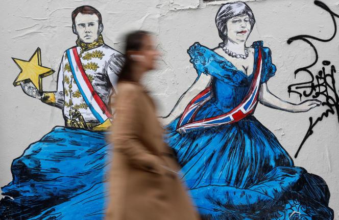 Un graffiti représentant Emmanuel Macron et Theresa May, à Paris, le 5 avril.