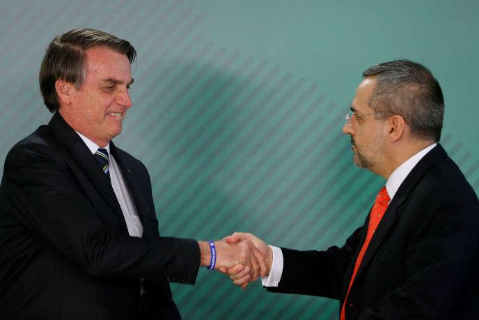 « Le président [Bolsonaro] a précisé que l'enseignement supérieur devait se concentrer sur la lecture, l'écriture et le calcul.» (Jair Bolsonaro, à gauche, et son ministre de l'éducation, Abraham Weintraub, le 9 avril à Brasilia).