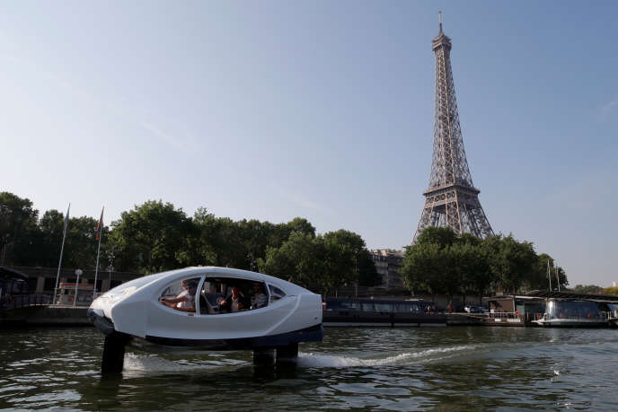 Démonstration d'un Bubble Taxi sur la Seine, à Paris, le 22 mai 2018.