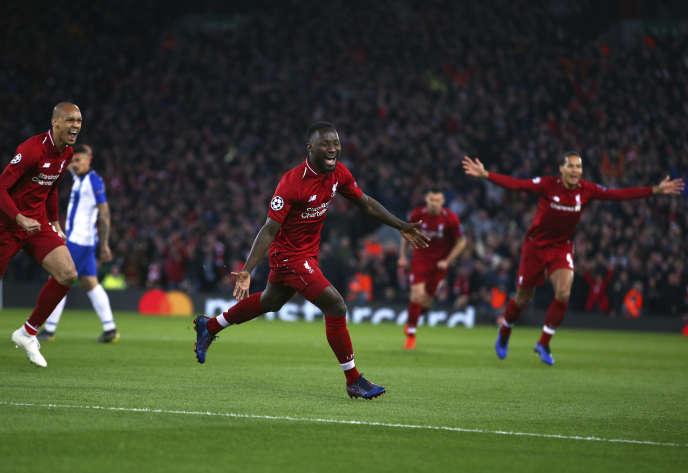 Naby Keita célèbre son but sur le terrain d'Anfield à Liverpool.