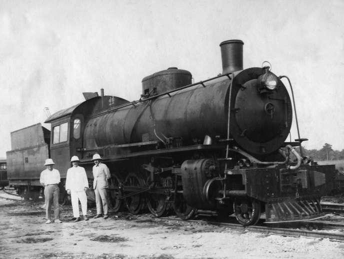 La locomotive à vapeur « Mikado» sur la voie de chemin de fer Congo-Océan (1931). Pour 140 kilomètres de voie ferrée, on dénombre 17 000 morts « indigènes », selonun bilan partiel établi en 1929.