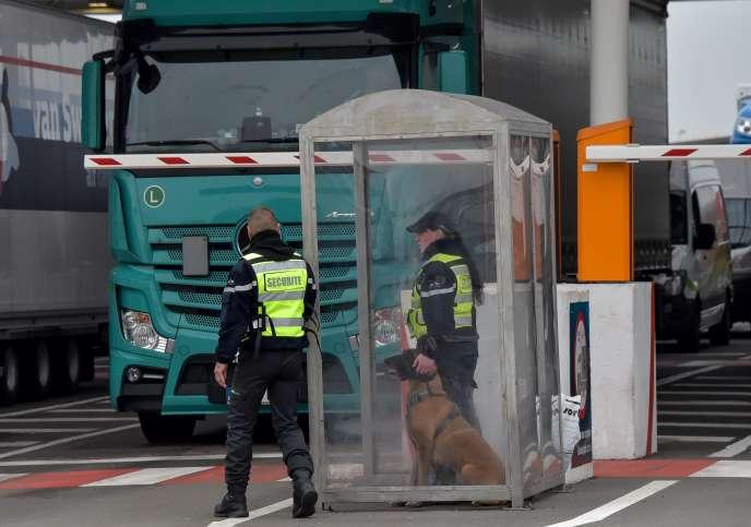 Des agents de sécurité sont à l'entrée de l'Eurotunnel, à Coquelles (Pas-de-Calais), le 28 mars.