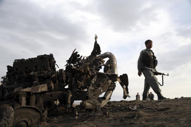 Des membres des forces afghanes de sécurité, lundi 8 avril, sur le site de l'attaque à la voiture piégée d'un convoi de soldats étrangers à proximité de la base américaine de Bagram.