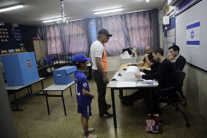 Un bureau de vote, lors des élections législatives, le 9 avril.