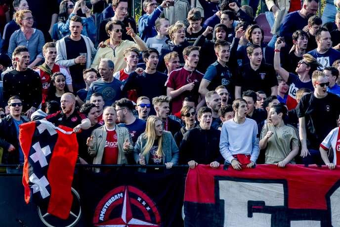 Des supporteurs de l'Ajax Amsterdam au centre de formation De Toekomst, le 30 mars, à la veille de recevoir le PSV Eindhoven.