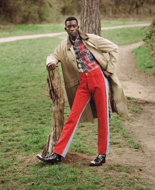 Manteau en gabardine de coton, Burberry. Chemise à carreaux en coton, Isabel Marant. Jeans, Bless. Boots en cuir, Balenciaga.
