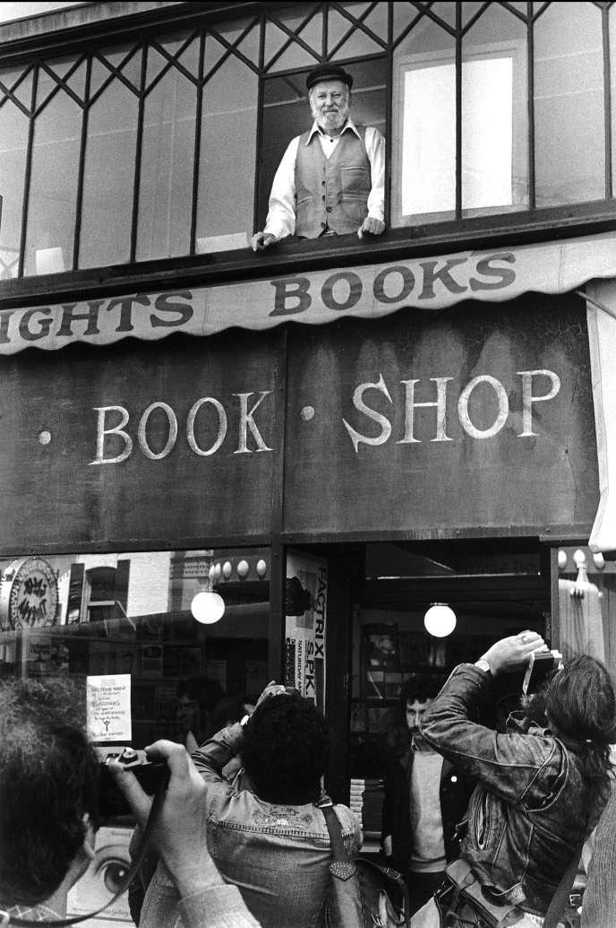 Le poète, écrivain et libraire Lawrence Ferlinghetti à la librairie City Lights, à San Francisco, en 1982.