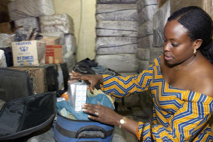 Saisie de médicaments contrefaits à l'aéroport de Lagos, au Nigeria, en octobre 2007.