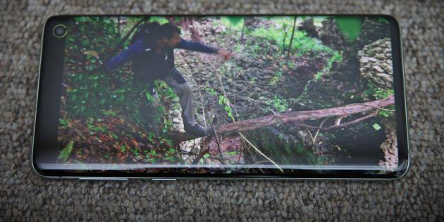 Vous avez lancé Bear Grylls, un présentateur vedette dans les pays anglophones, sur un tronc suspendu au-dessus du vide. Erreur : il va chuter dans le vide.