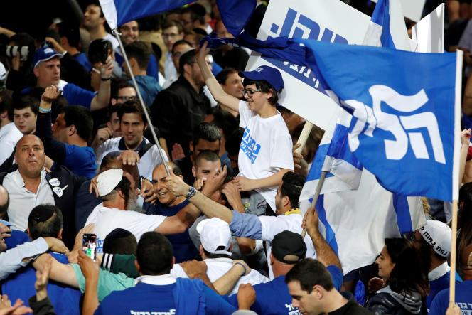 Des partisans du parti Likoud après la publication des premiers résultats des législatives israéliennes, le 9 avril.