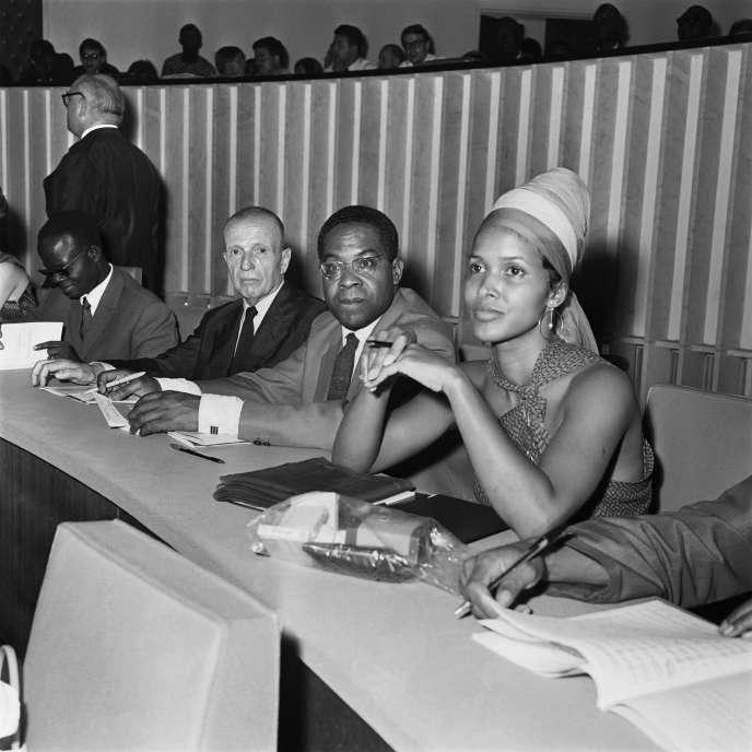 Aimé Césaire en 1966 à Dakar (Sénégal), lors du premier Festival mondial des arts nègres, entre l'écrivain Michel Leiris et l'actrice américaine Marpessa Dawn.