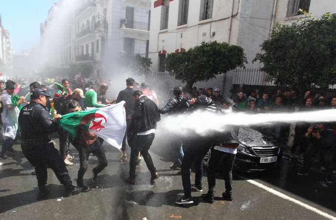 Mardi 9 avril, dans la capitale, les forces de l'ordre ont fait usage de gaz lacrymogène et de canons à eau pour tenter de disperser les contestataires.