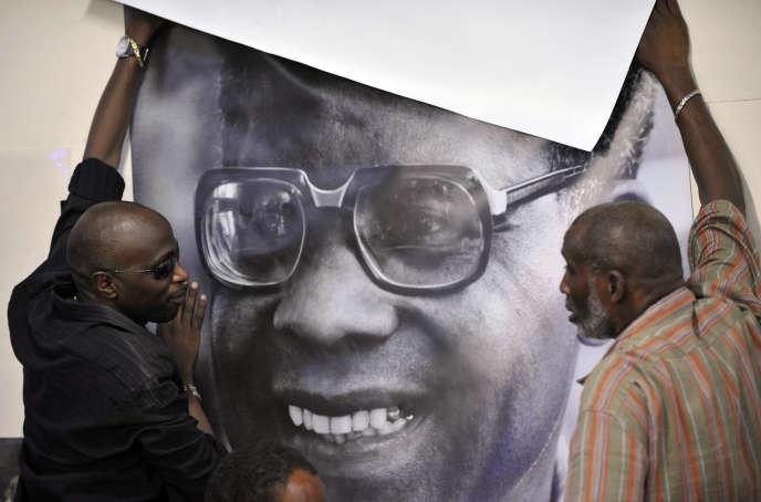 Un portrait d'Aimé Césaire est posé sur un mur le jour de sa mort, le 17 avril 2008, lors d'un rassemblement du Parti progressiste martiniquais, qu'il avait fondé cinquante ans plus tôt.