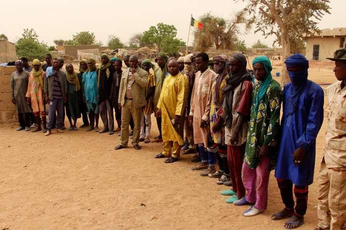En périphérie de Sévaré, au centre du Mali, le groupe deSékou Allaye Bolly (au centre, en boubou jaune),influent commerçant peul, en avril 2019.