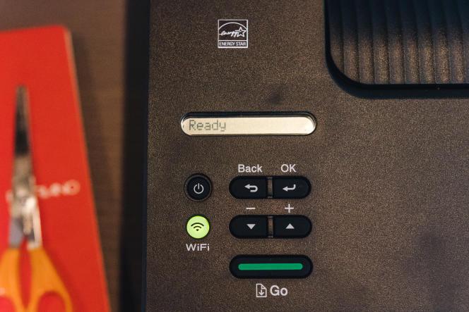 L'écran monochrome sur une seule ligne de la L2350DW n'est pas le plus facile à déchiffrer mais c'est la norme pour ce type d'imprimantes bon marché, et il remplit correctement sa fonction.