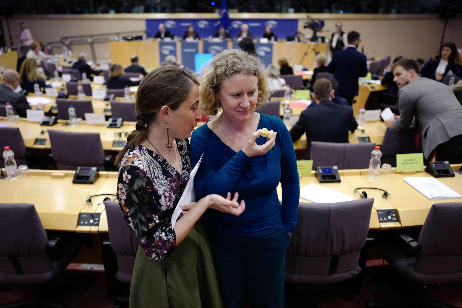 La députée européenne Judith Sargentini discute avec une de ses conseillère lors d'une séance à la commission des libertés civiles, de la justice et des affaires intérieures (LIBE) au Parlement Européen à Bruxelles, le 2 avril.