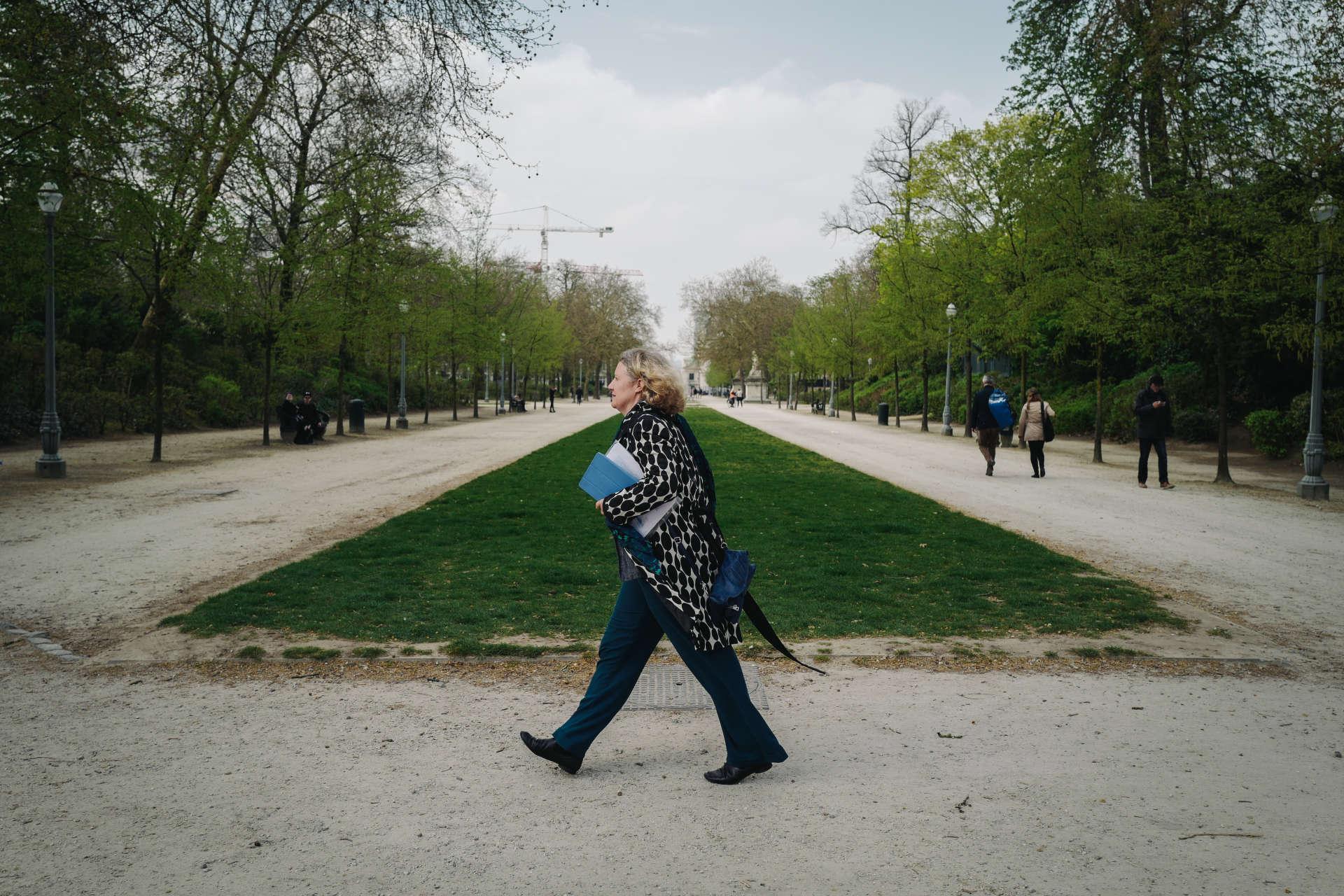 Judith Sargentini traverse le parc de Bruxelles sur son chemin pour le Parlement européen.