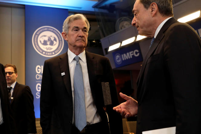 Jerome Powell, le patron de la Réserve fédérale américaine (à gauche) et Mario Draghi, le président de la Banque centrale européenne, à Washington, le 21 avril 2018.