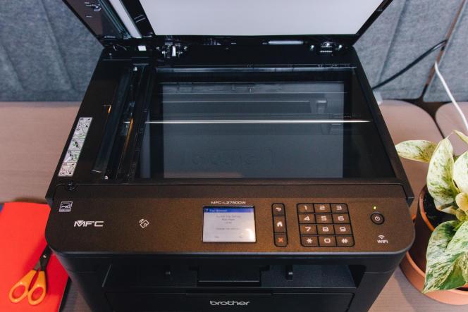 Outre un chargeur automatique d'une capacité de50 pages, la L2750DW comprend un scanner à plat qui peut numériser des documents de dimension A4 maximum, jusqu'à1 200 dpi.