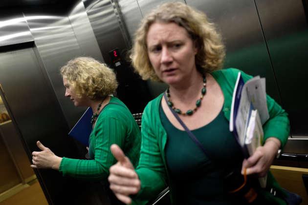 Judith Sargentini discute dans l'ascenseur dans les locaux du Parlement Européen à Bruxelles.