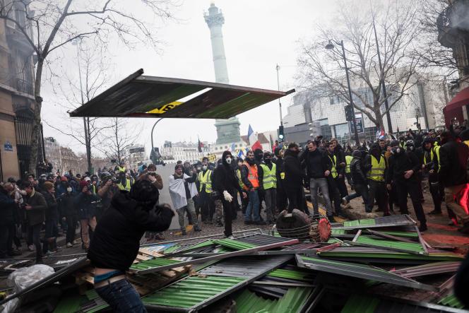 Paris, le 26 janvier, lors de l'acte XI des «gilets jaunes». Près de la placede la Bastille, des manifestants montent une barricade.