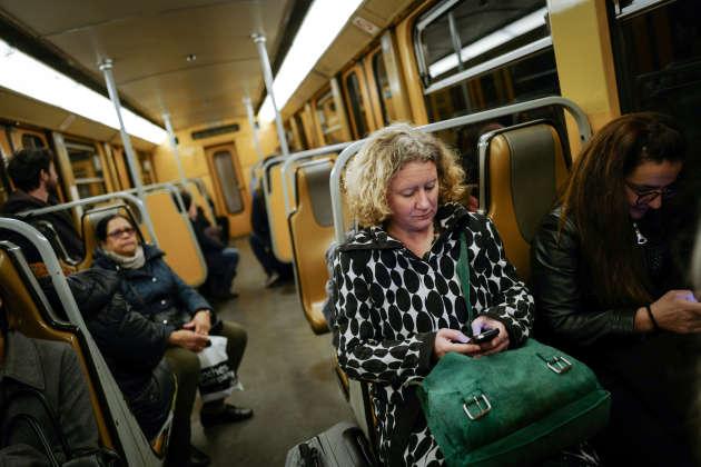 La députée européenne Judith Sargentini dans le métro sur son chemin pour le Parlement Européen, le 1er avril.