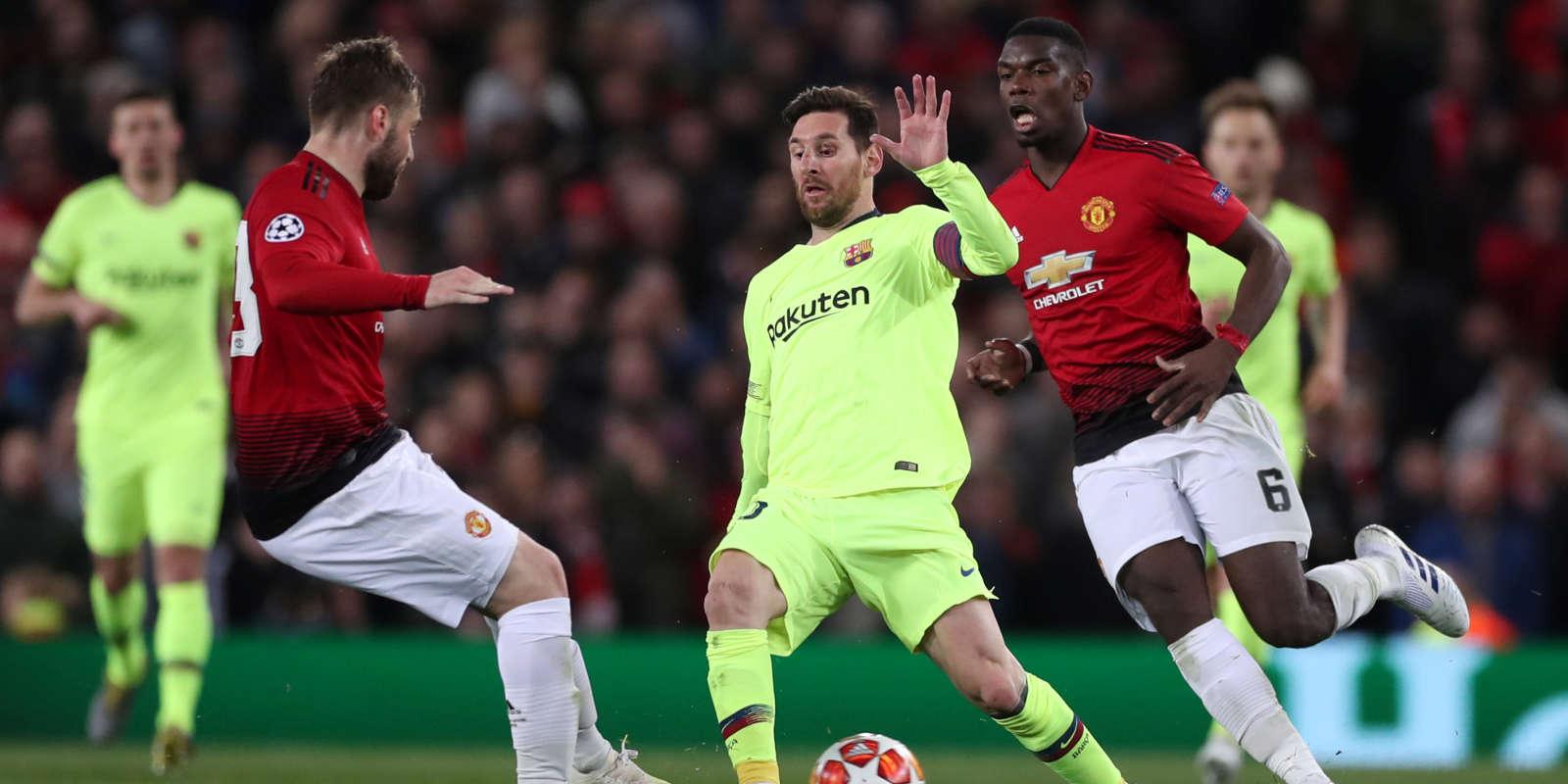 Lionel Messi, entre Luke Shaw et Paul Pogba, le 10 avril à Manchester.