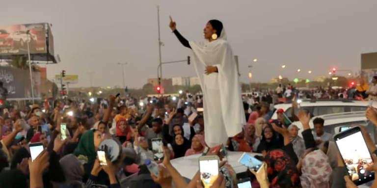 Une jeune Soudanaise harangue la foule à Khartoum, le 8 avril 2019.