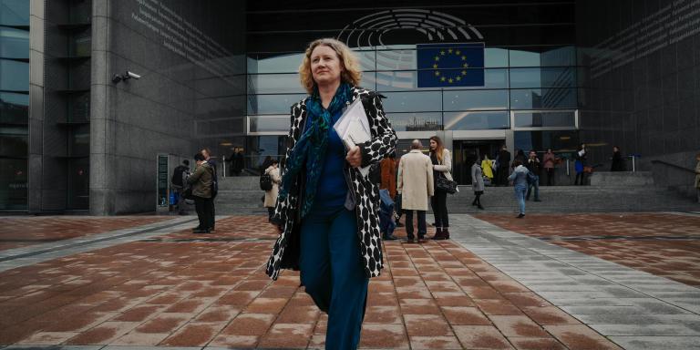 La députée européenne Judith Sargentini quitte le parlement européen pour se rendre à un déjeuner sur L'Organisation de coopération et de développement économiques à Bruxelles, Belgique, le 2 Avril 2019.