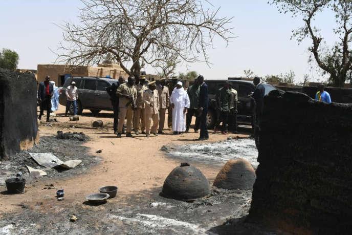 Visite du président malien, Ibrahim Boubcar Keïta (en blanc), dans le village d'Ogossagou, le 25mars 2019, deux jours après un massacre ayant ciblé la population peule.